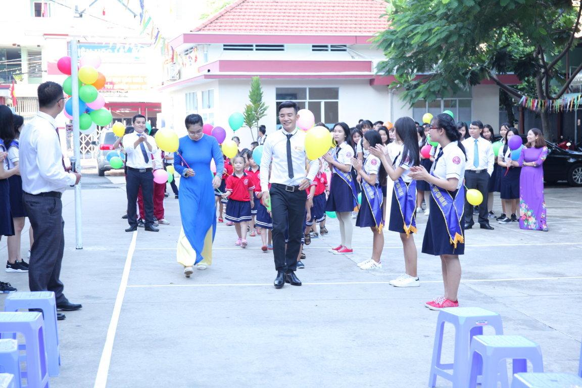 Các em học sinh mới được Thầy cô chủ nhiệm dẫn vào sân Trường